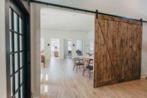 Drzwi przesuwne z jednego kawałka drewna