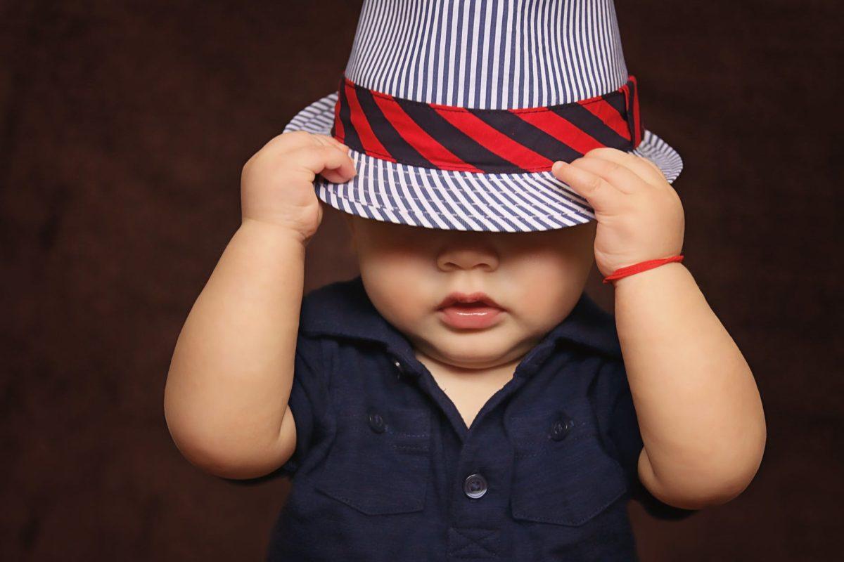 Ubieranie niemowląt i starszych dzieci jesienią. Co założyć na spacer?