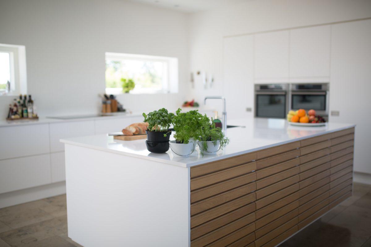 Czy biały blat kuchenny to praktyczne rozwiązanie?