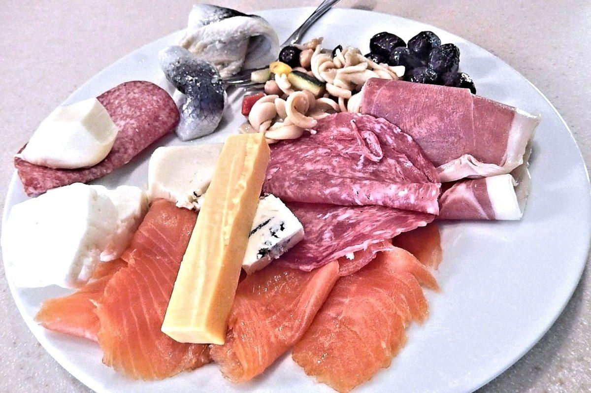 Luksusowe przetwory mięsne – sprawdź, jak wykorzystać szynkę prosciutto crudo w kuchni!