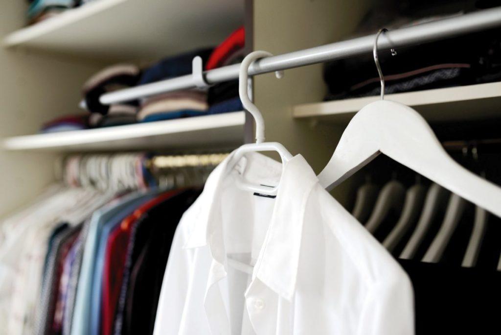 Czym jest szafa kapsułowa i jak stworzyć jej bazę z klasycznych bluzek damskich?