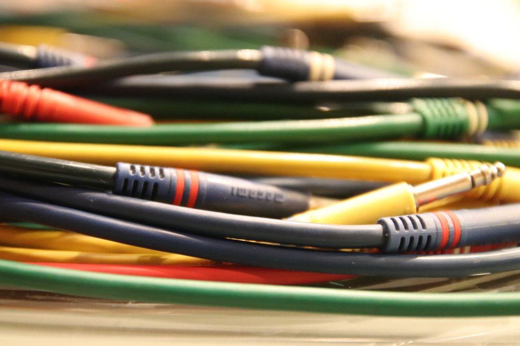 Poszukujesz hurtowni kabli? Zobacz, na co zwrócić uwagę przy jej wyborze