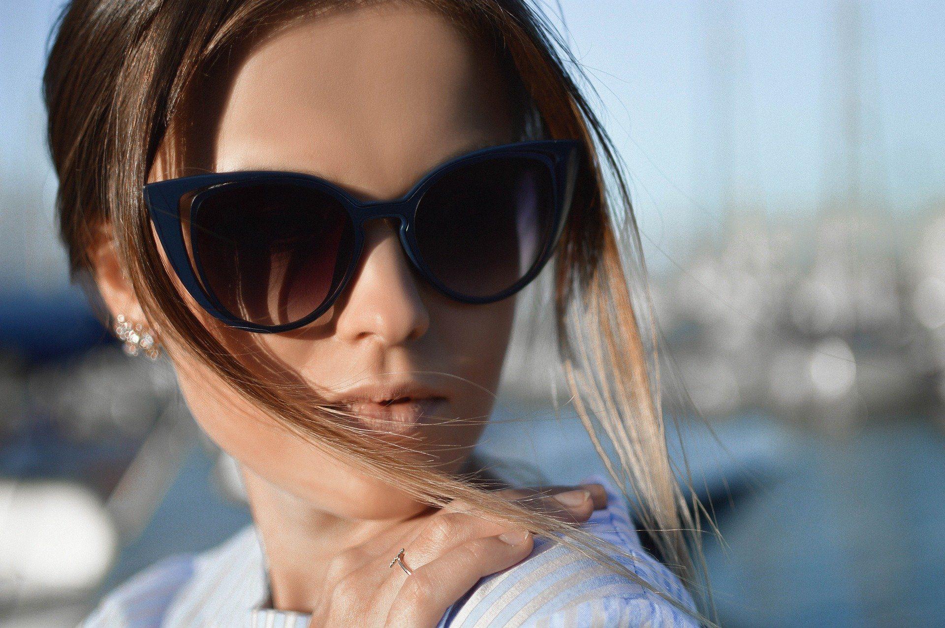 Okulary przeciwsłoneczne damskie – wybierz stylowy model na każdą okazję!